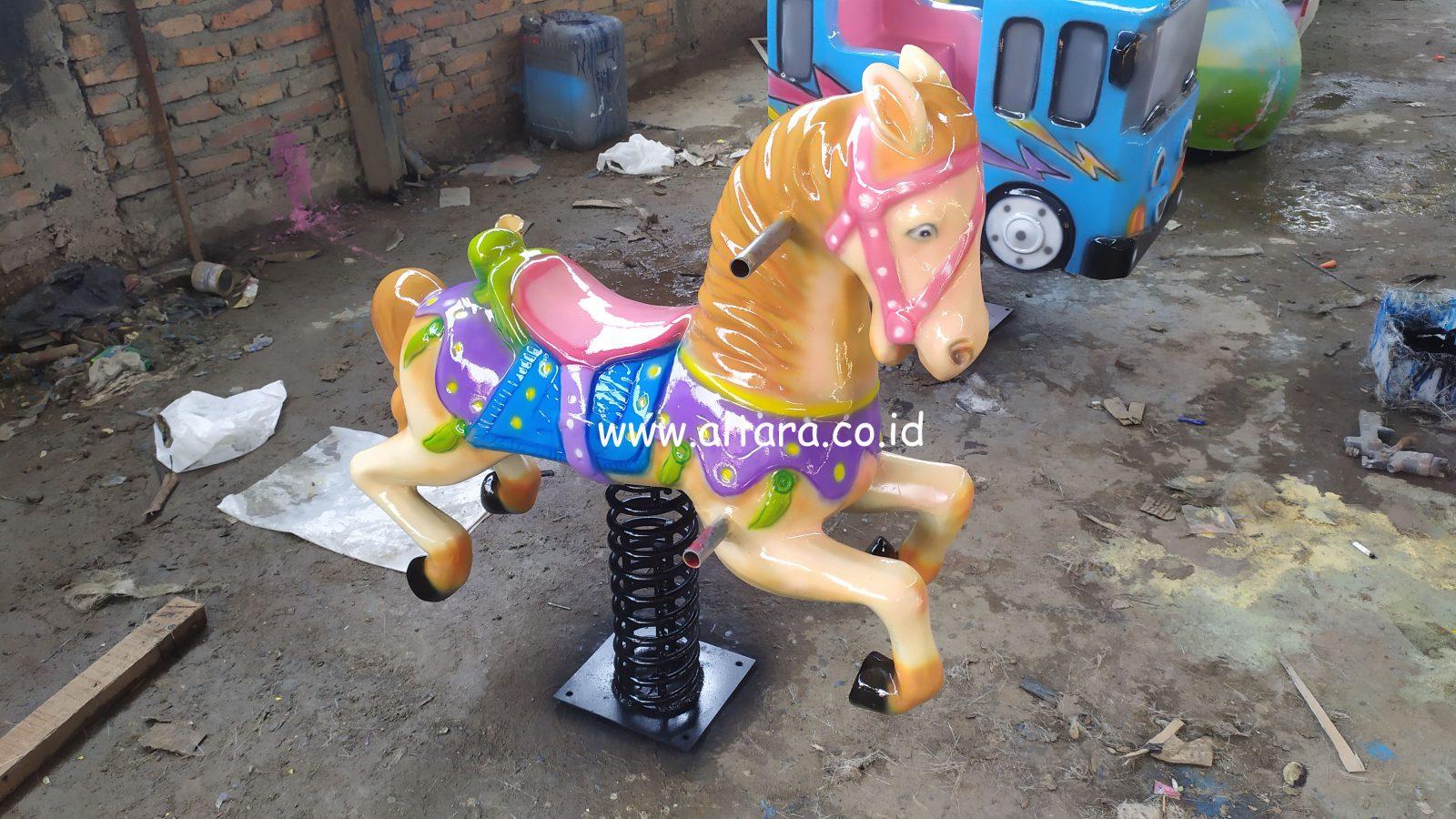 mainan per bentuk kuda pegas